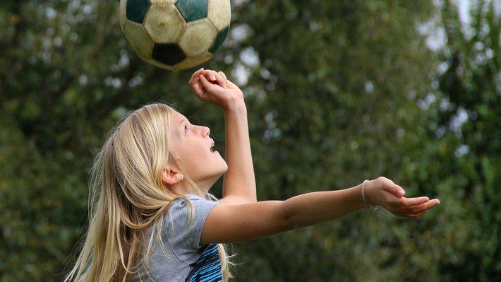 Jente spiller fotball Shutterstock
